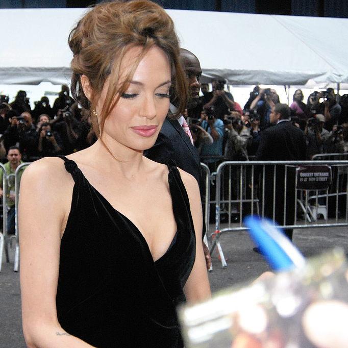 Анджелина Джоли решила накормить своих детей пауками и скорпионами