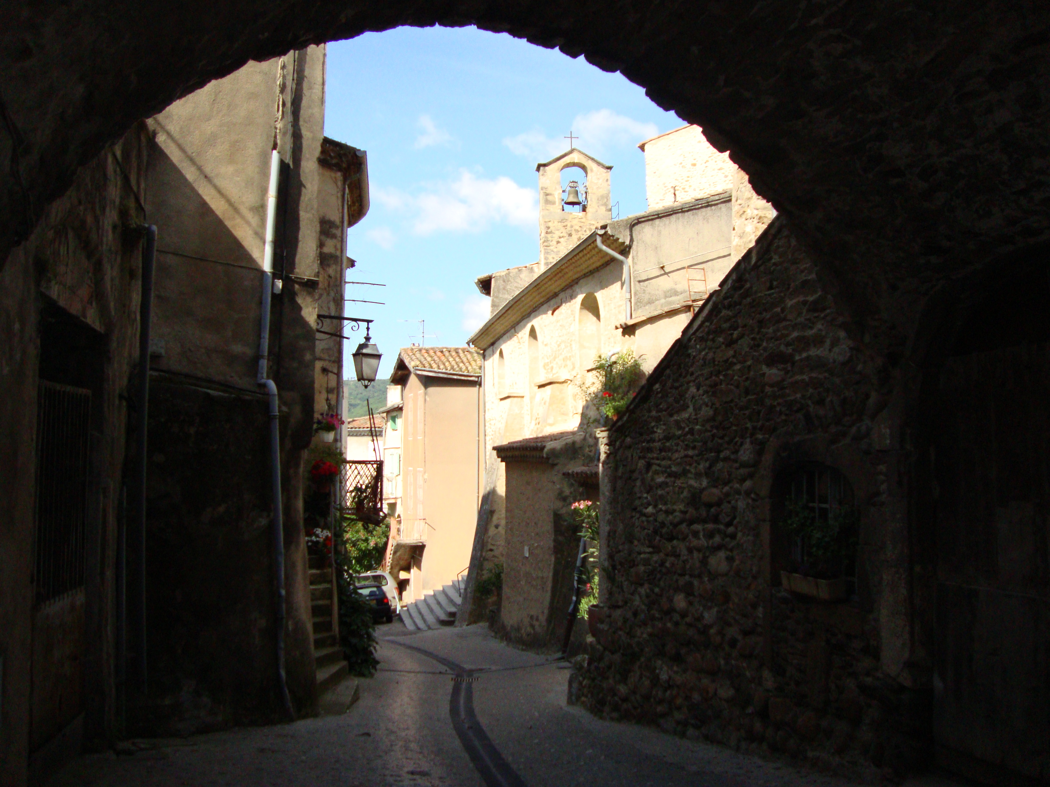 https://upload.wikimedia.org/wikipedia/commons/d/dc/Beauchastel_%28Ard%C3%A8che%2C_Fr%29_ruelle_avec_%C3%A9glise.JPG?uselang=fr