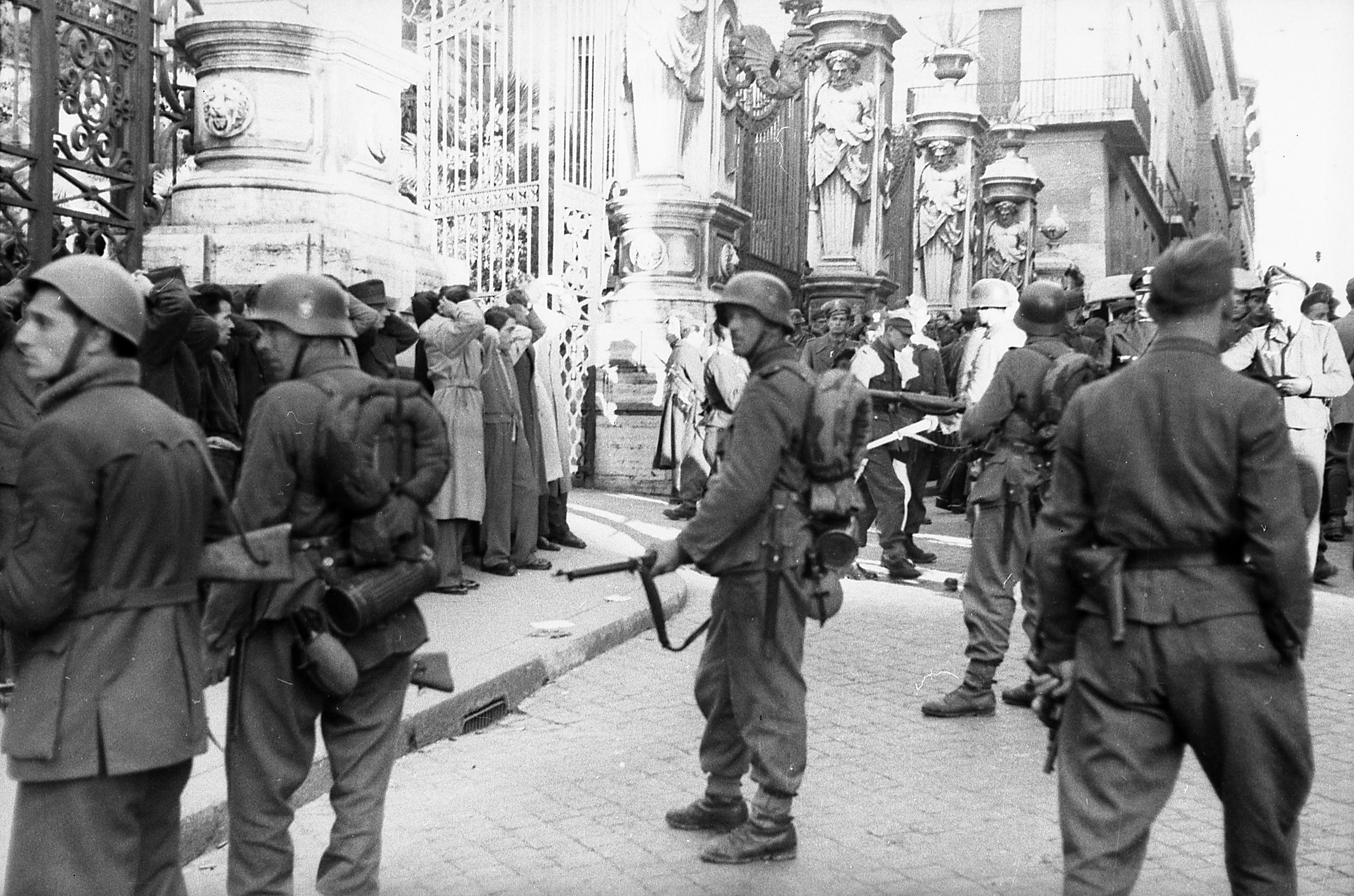 Bundesarchiv Bild 101I-312-0983-05, Rom, Festnahme von Zivilisten.jpg