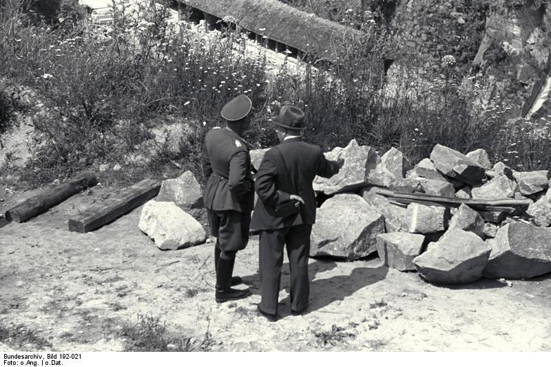 Bundesarchiv Bild 192-021, KZ Mauthausen, Offizier der Waffen-SS im Steinbruch