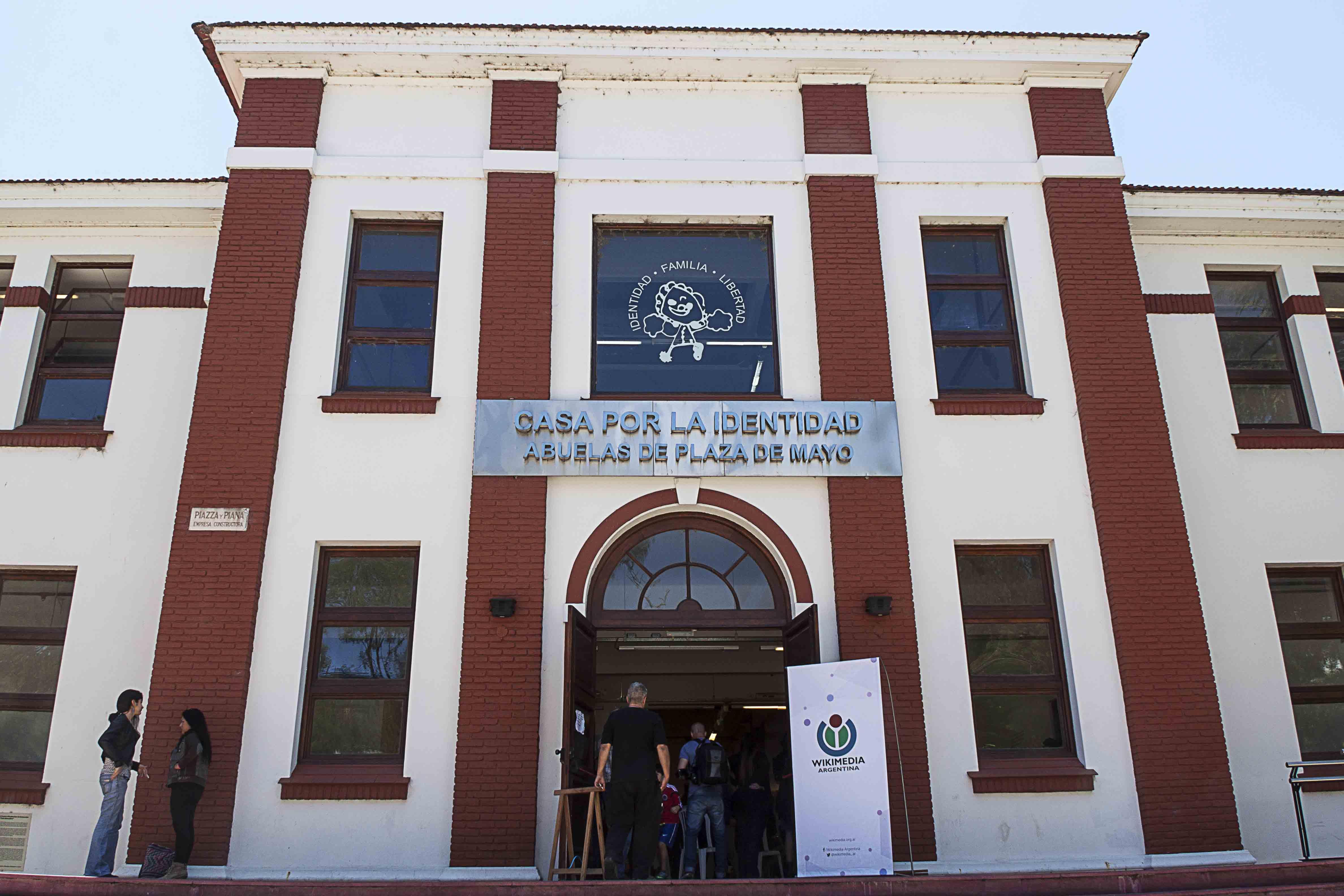 File Casa Por La Identidad Abuelas De Plaza De Mayo Jpg Wikimedia Commons
