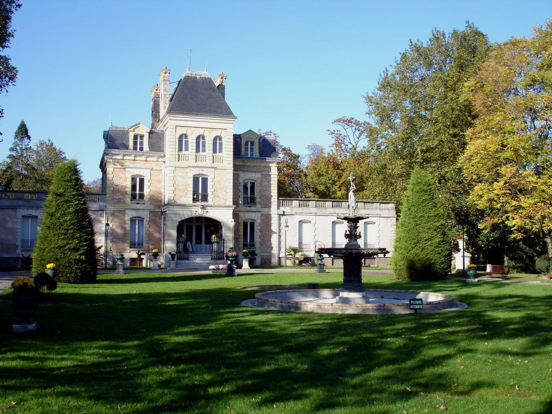 Cmp Livry Gargan à file:chateau de la foret1 livry-gargan - wikimedia commons