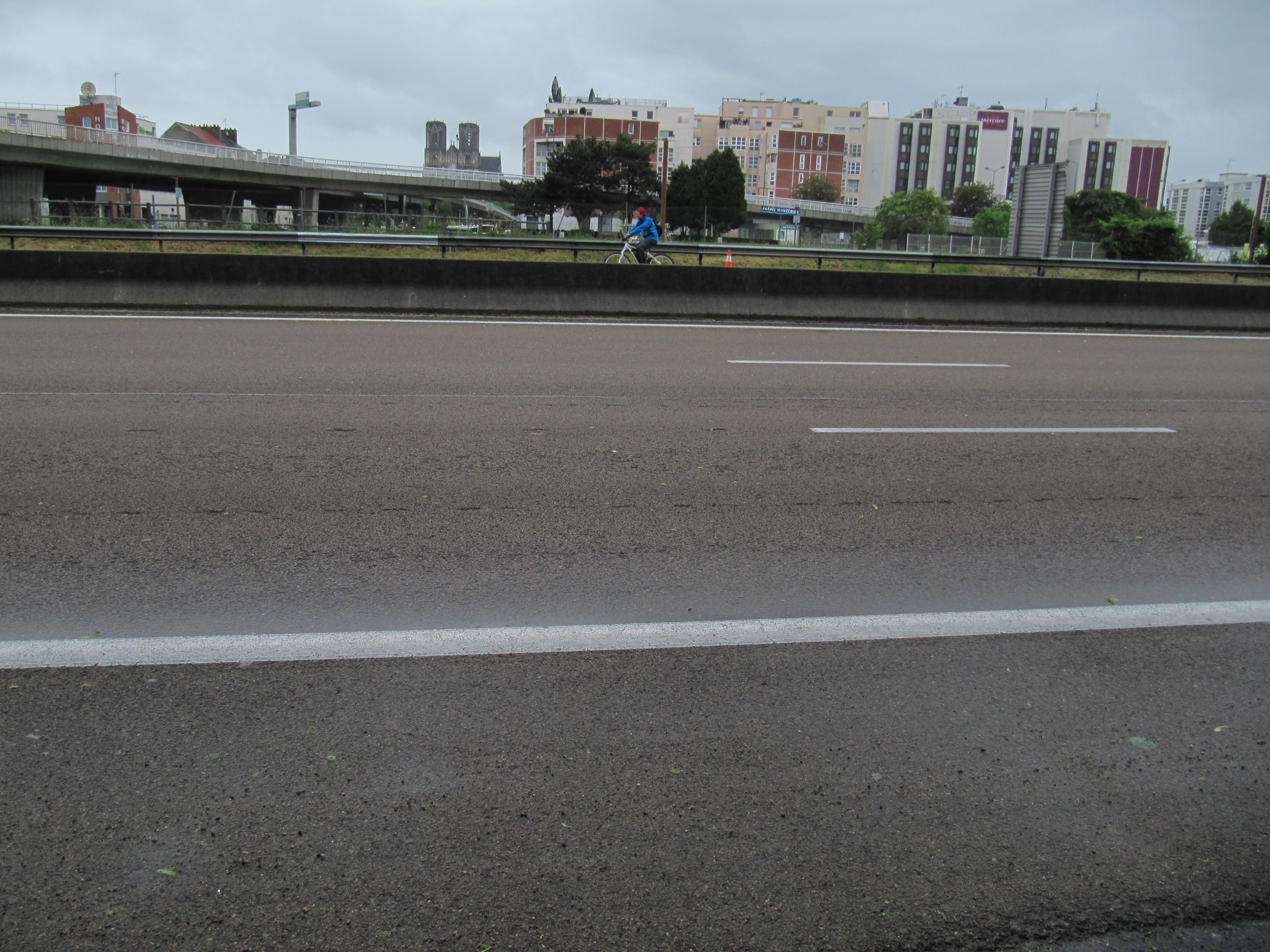 file d tail de l 39 autoroute urbaine reims ferm e aux motos. Black Bedroom Furniture Sets. Home Design Ideas