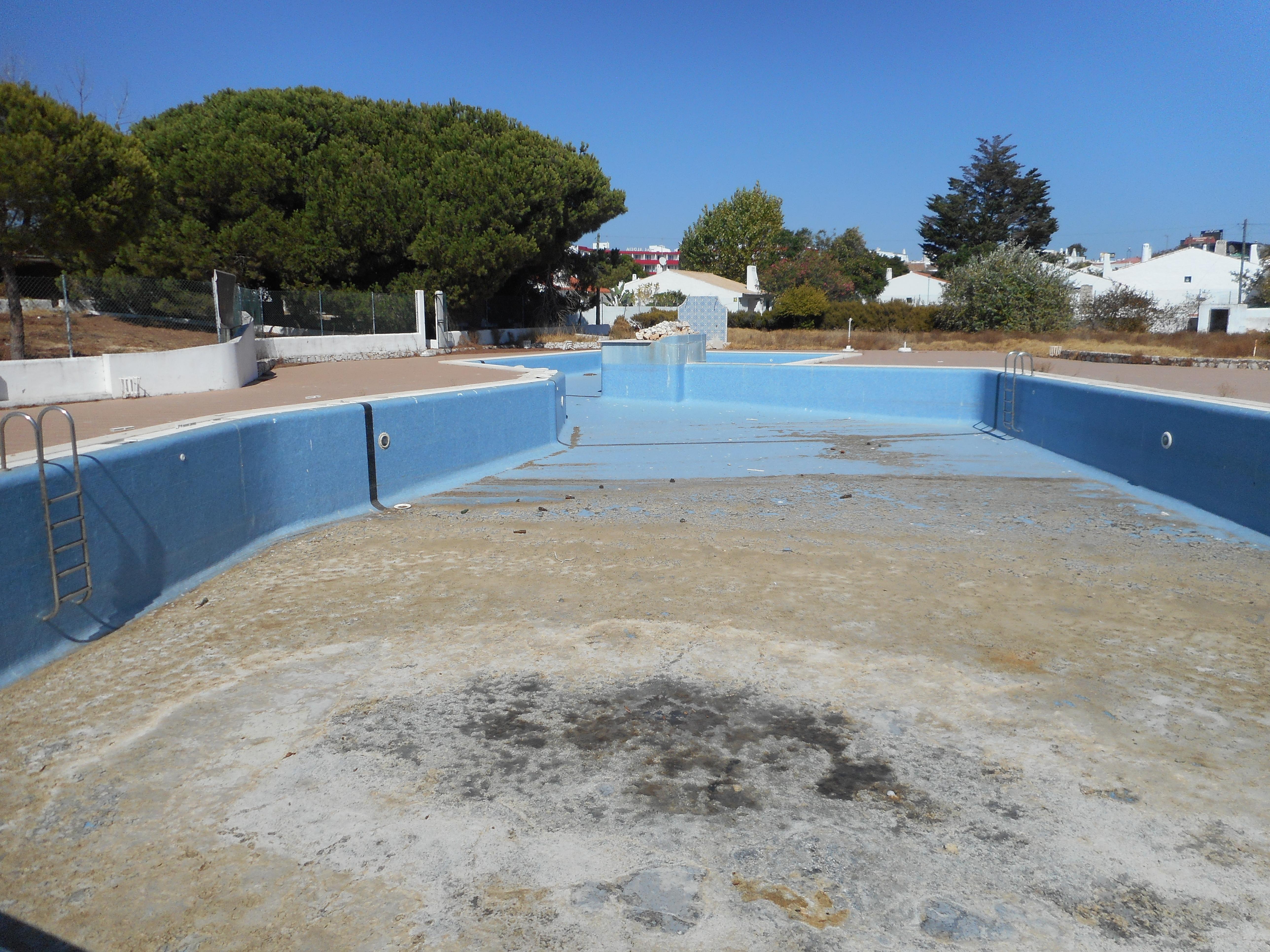 file derelict swimming pool urbaniza jacaranda 6 september 2015 4 jpg wikimedia commons