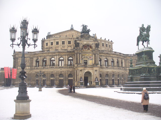 Dresden - Semperoper (Semper Opera House) - geo.hlipp.de - 32228.jpg