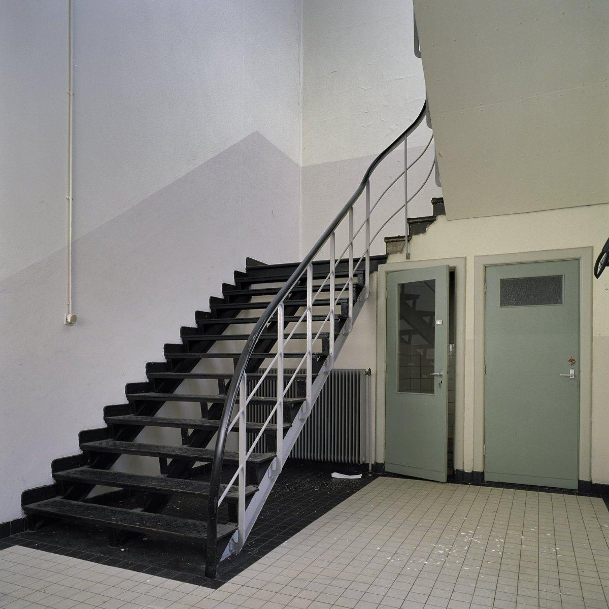 File interieur trappenhuis met stalen trap veenhuizen 20386548 wikimedia commons - Interieur trap ...