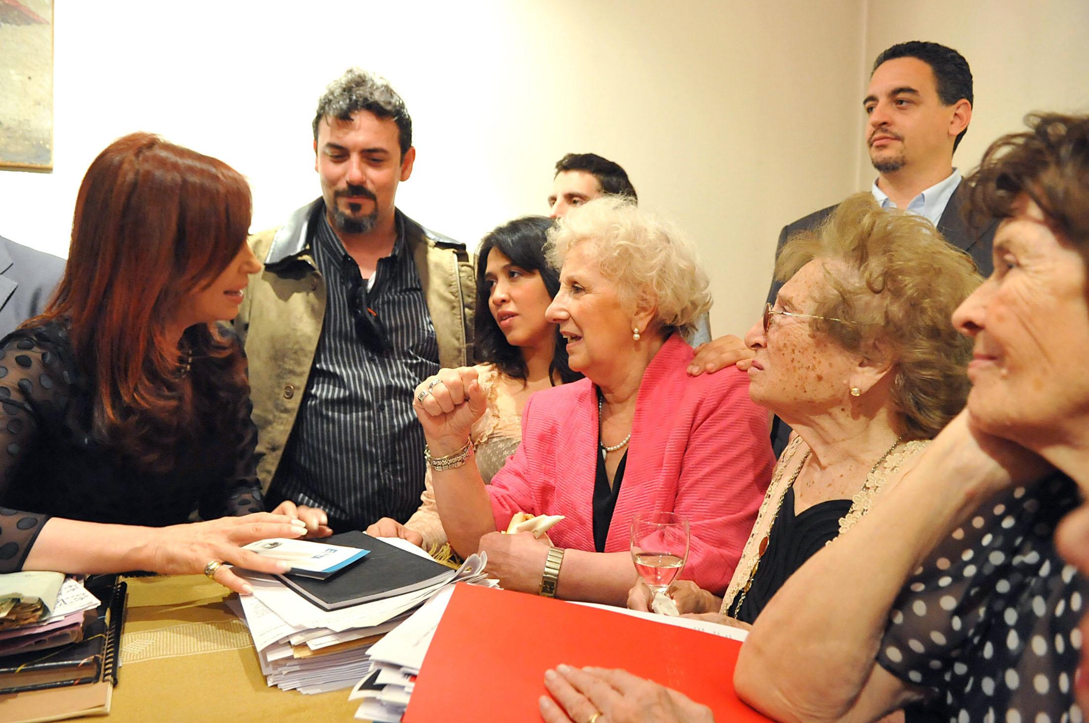Descripción Kirchner con Abuelas y nietos recuperados 2.jpg