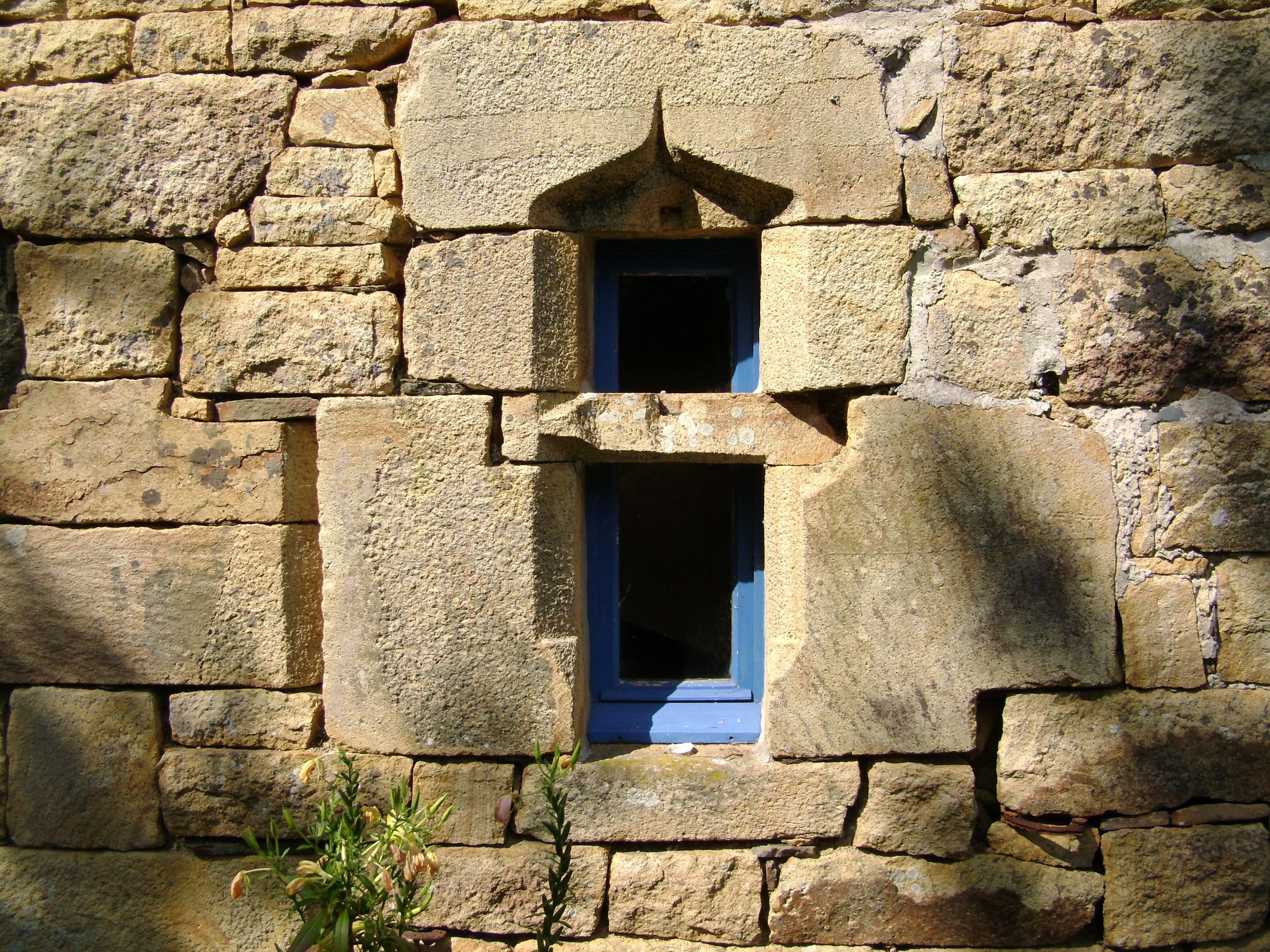 File logonna daoulas fen tre en pierre de logonna jpg for Maison pierre de taille