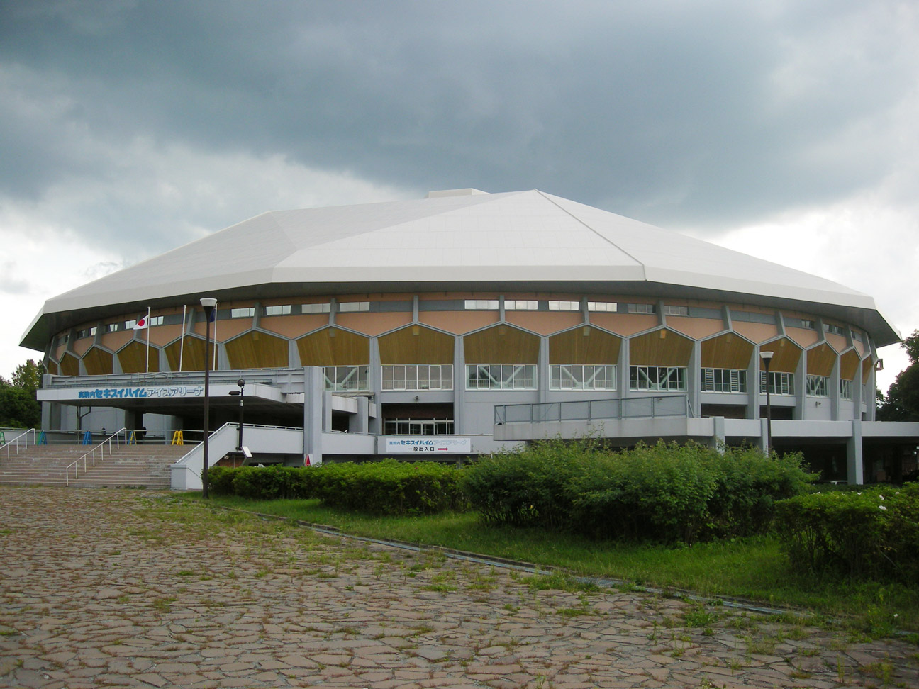 https://upload.wikimedia.org/wikipedia/commons/d/dc/Makomanai_Ice_Arena.jpg