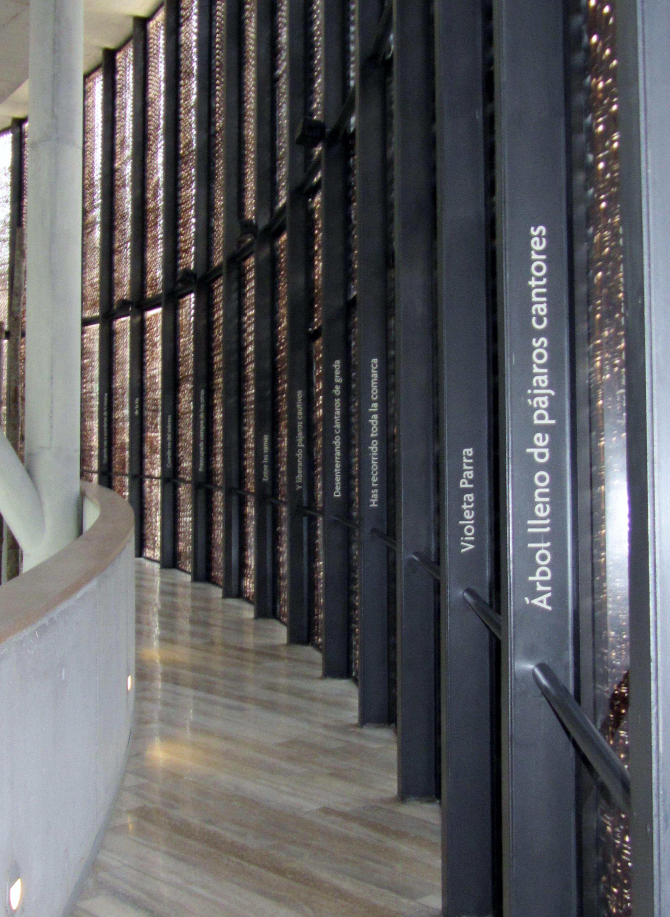 Poema «Defensa de Violeta», de Nicanor Parra, en el ingreso del Museo Violeta Parra en Santiago de Chile.