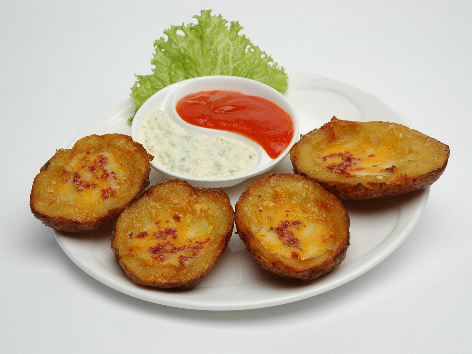 File:Potato skins arranged on a plate as an appetizer.jpg - Wikimedia ...