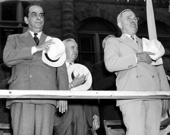 Rikcha:Rómulo Gallegos and Harry S. Truman.jpg