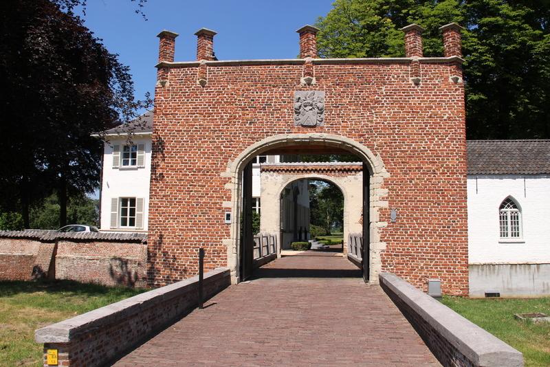Het Lassonhof werd eerder het t Hof van Stabroek' en later 'Huis van Stabroeck' genaamd. De eerste gebouwen werden vermoedelijk opgetrokken midden 14de eeuw. De   eeuwen die volgden zijn gekenmerkt door uitbreidingen en verbouwing tot de vestiging van vandaag met 2 verbonden vleugels en bakstenen toegangspoort.