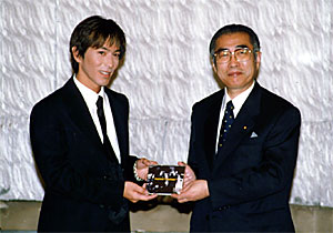 with Tetsuya Komuro (at the Prime Minister's Official Residence on October 20, 1999) Tetsuya Komuro and Keizo Obuchi 19991020.jpg