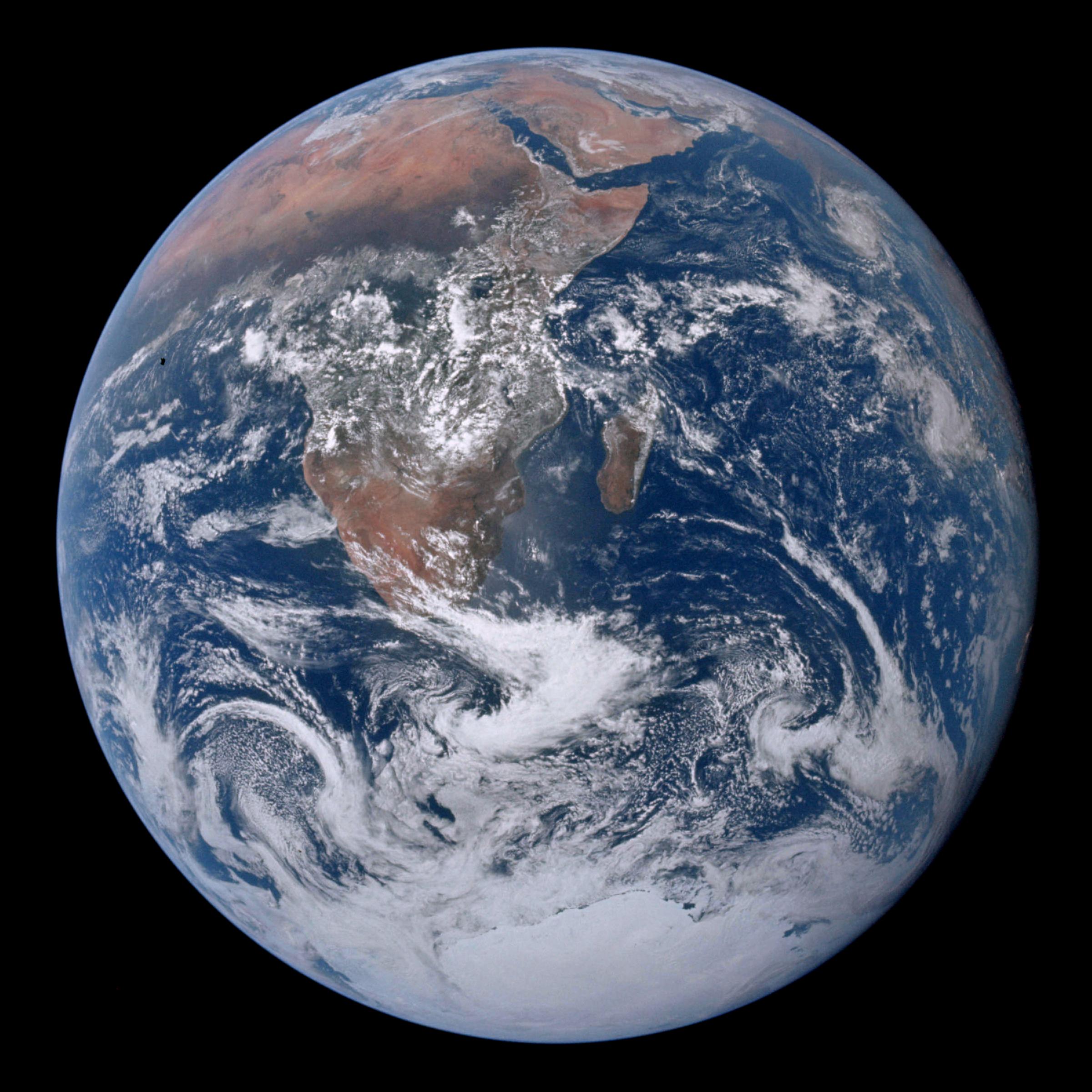 La Terre vue depuis Apollo 17 en 1972 - Wikimedia Commons - «La bille bleue» : Photo de l'Afrique, de l'Antarctique et de la péninsule Arabique prise en route pour la lune par Harrison Schmitt ou Ron Evans lors de la mission Apollo 17 le 7 décembre 1972 - NASA JSC