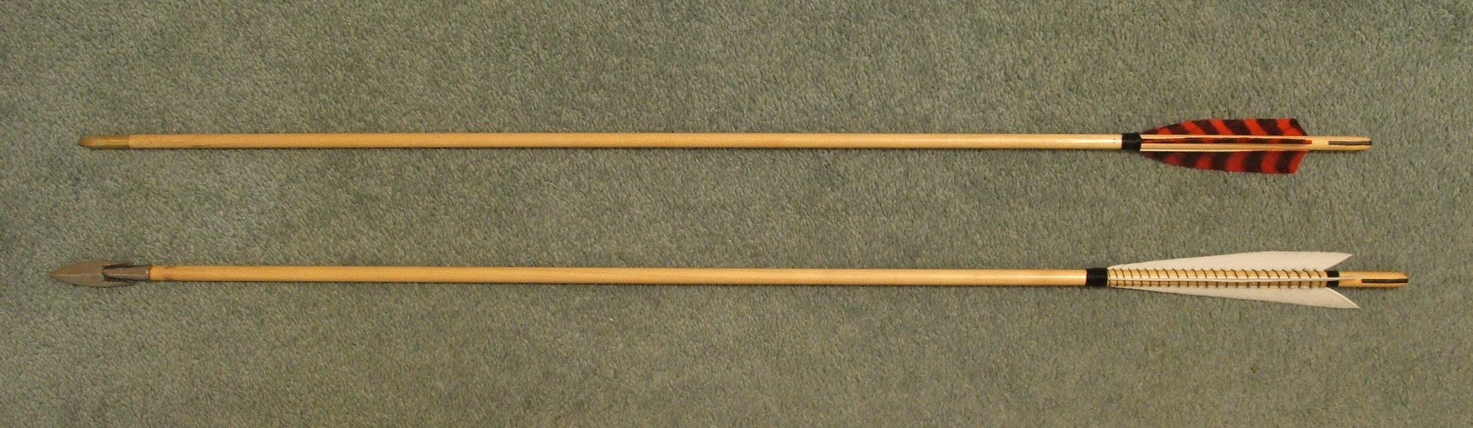 Flecha moderna (alto) e réplica de flecha medieval (baixo). Photo de James Cram (Wikipedia)