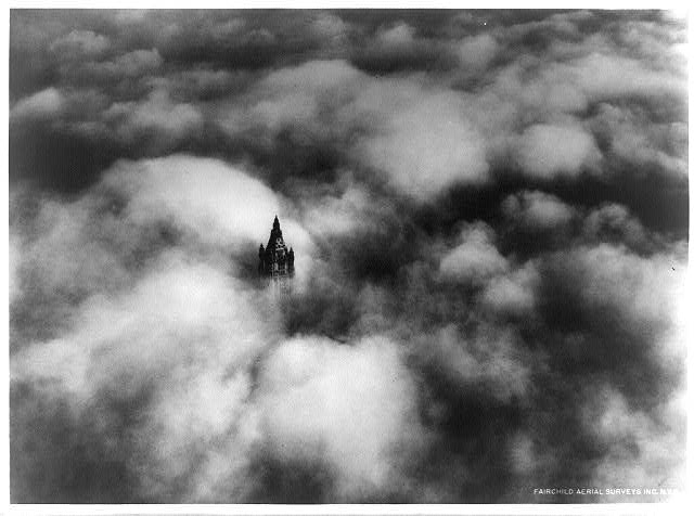 Woolworth_Tower_in_clouds_New_York_City_1928.jpg