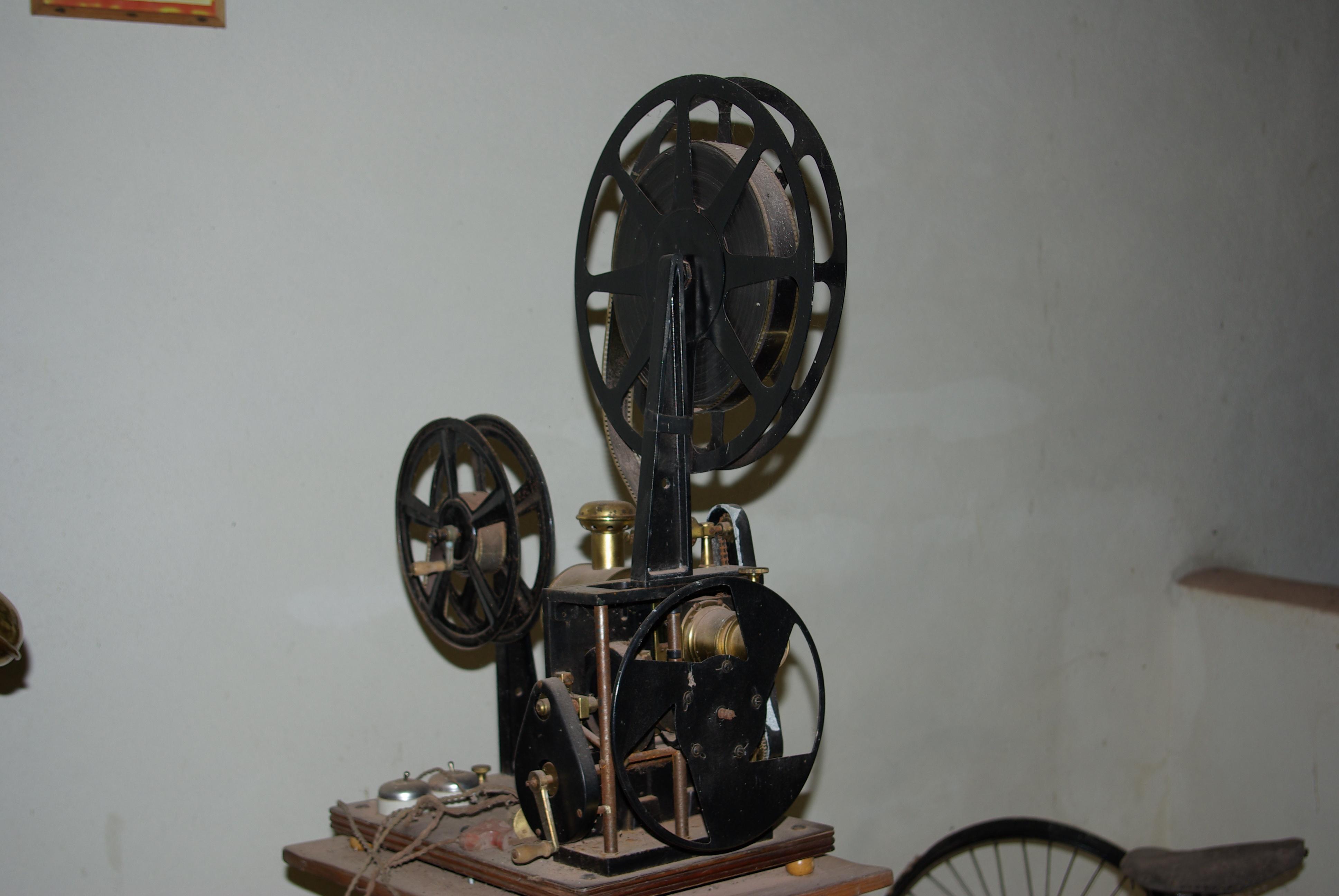1910_Film_projector_path%C3%A9-fr%C3%A8res.jpg
