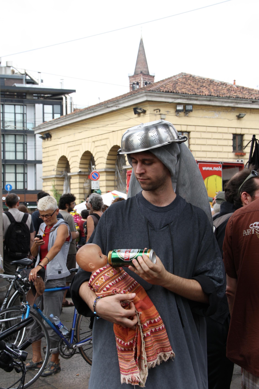 Madonna pastafariana nutre con la birra, la bevanda del Paradiso  pastafariano, il suo bambino, a un presidio anticlericale a Milano (2012)