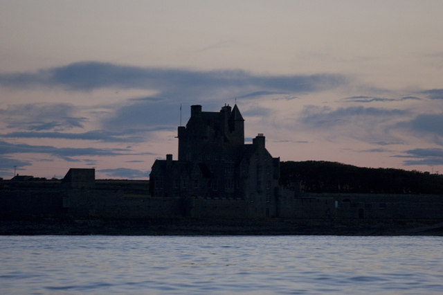 File:Ackergill Tower from the sea - geograph.org.uk - 1015243.jpg