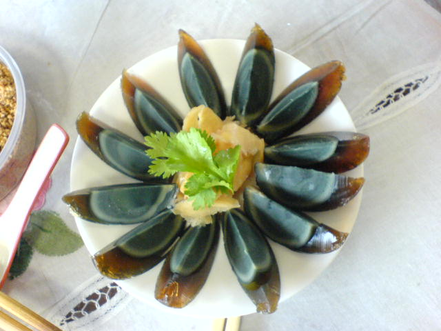 http://upload.wikimedia.org/wikipedia/commons/d/dd/Arranged_century_egg_on_a_plate.jpg