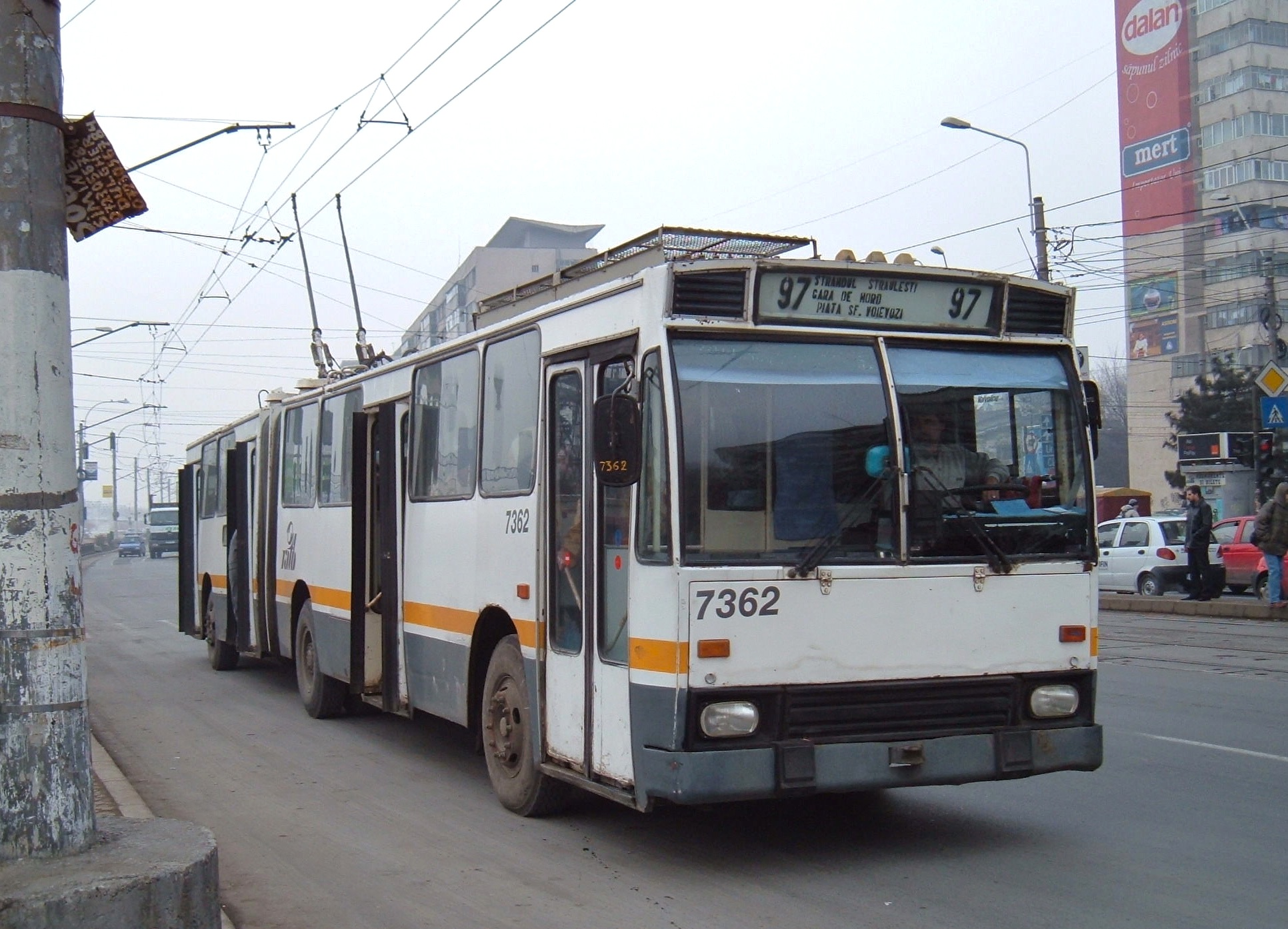 El juego de las imagenes-https://upload.wikimedia.org/wikipedia/commons/d/dd/Bucharest_DAC_articulated_trolleybus_7362_in_2006.jpg