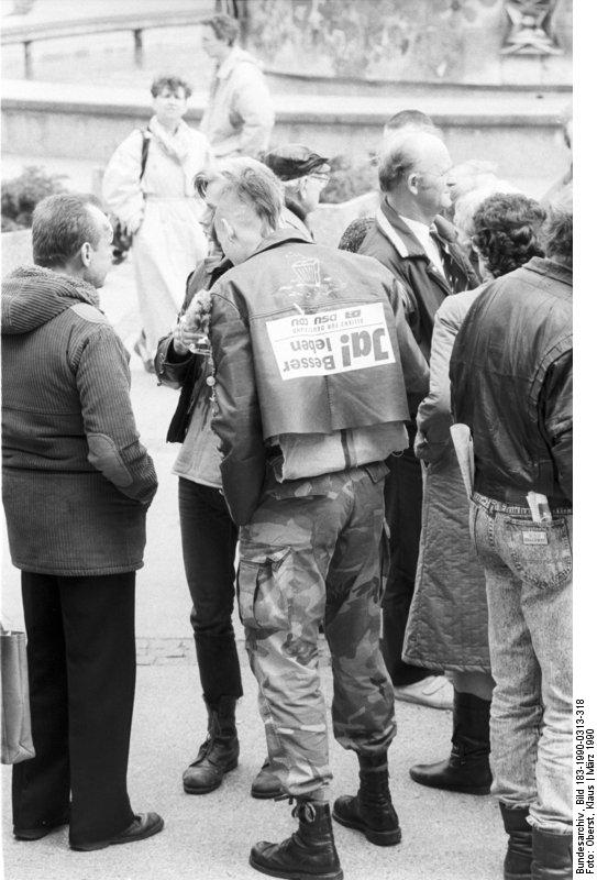 Am 18. März wählt die DDR. Fragen und Probleme, die sich aus diesen ersten freien Wahlen ergeben, beschäftigen die Bürger. Die unterschiedlichsten Auffassungen prallen bei den zahlreichen Diskussionen - wie hier auf dem Alexanderplatz - aufeinander.