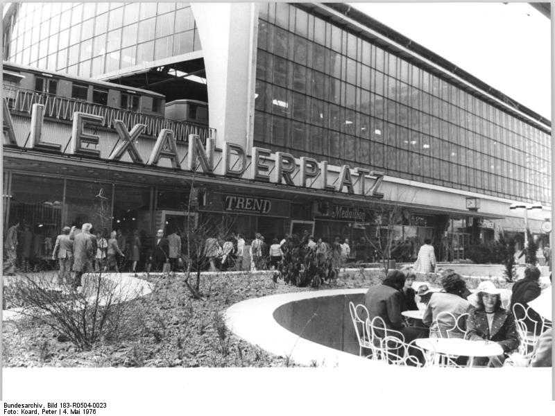 file bundesarchiv bild 183 r0504 0023 berlin boutiquen souvenirpavilons caf. Black Bedroom Furniture Sets. Home Design Ideas