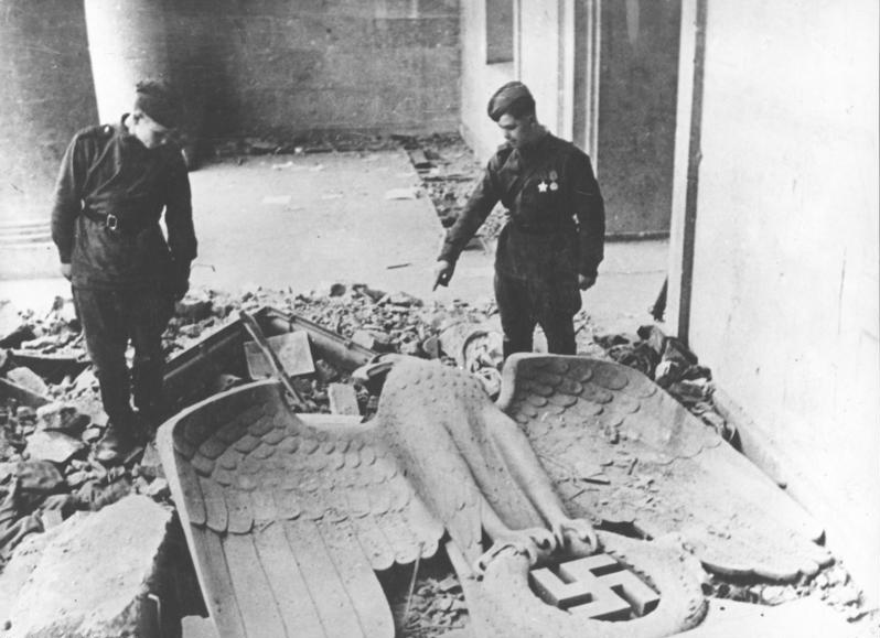 File:Bundesarchiv Bild 183-R77793, Berlin, Rotarmisten in der Reichskanzlei.jpg