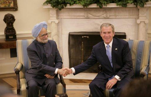Fichier:Bush Singh Ovaloffice july18 2005.jpg