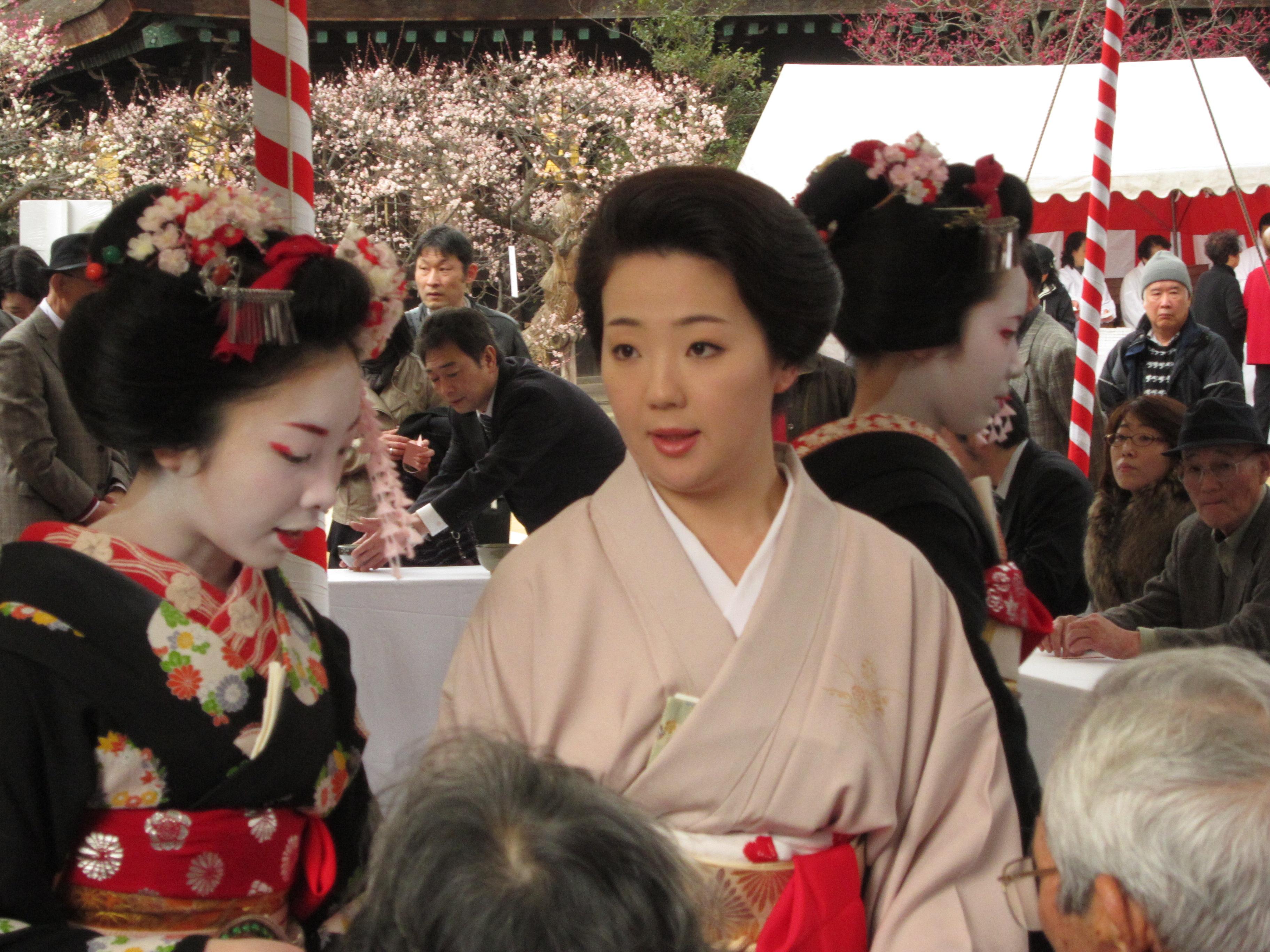File Geisha And Two Maiko Jpg Wikimedia Commons
