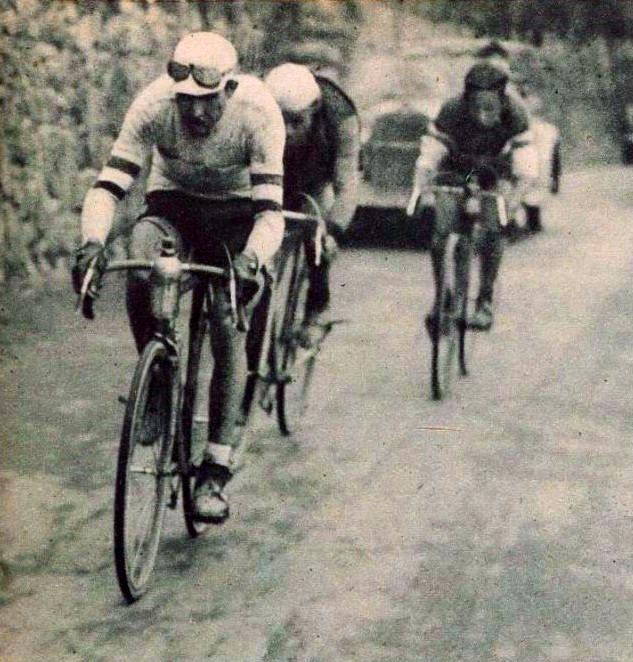 https://upload.wikimedia.org/wikipedia/commons/d/dd/Gino_Bartali%2C_vainqueur_du_Tour_de_Lombardie_en_novembre_1936.jpg