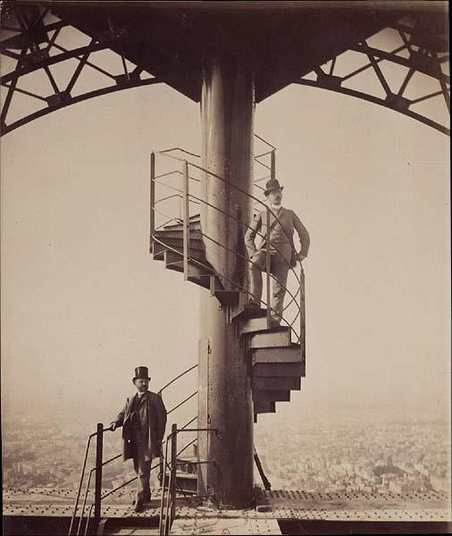 Gustave Eiffel posant au sommet de la tour.jpg