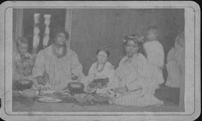 Hawaiians eating a meal in traditional style, photograph by H. L. Chase (PP-34-2-001).jpg English: Hawaiians eating a meal in traditional