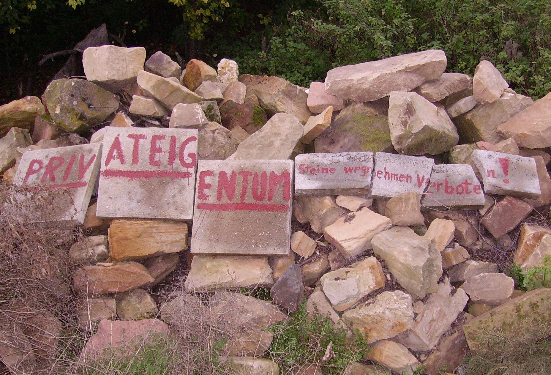 Steinstapel mit Aufschrift Privateigentum - Quelle: WikiCommons, Details siehe Text unten
