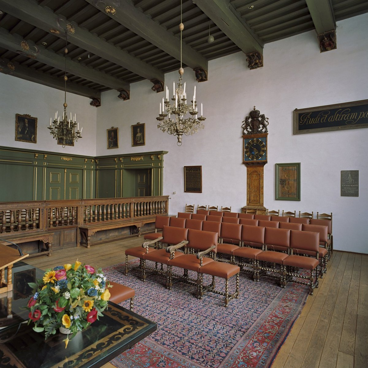 https://upload.wikimedia.org/wikipedia/commons/d/dd/Interieur%2C_overzicht_Schepenzaal_-_Zwolle_-_20364858_-_RCE.jpg