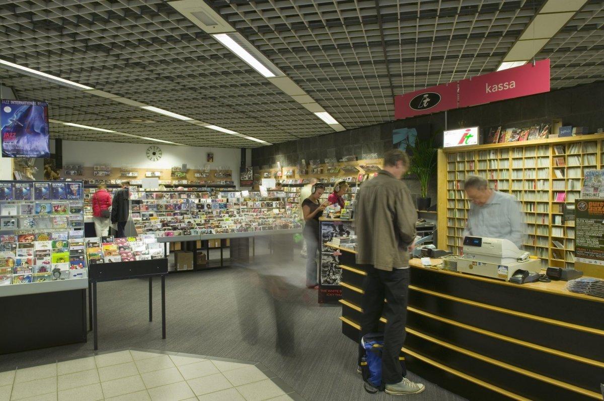 https://upload.wikimedia.org/wikipedia/commons/d/dd/Interieur%2C_overzicht_van_een_winkel_met_rechts_de_kassa_-_Rotterdam_-_20422353_-_RCE.jpg