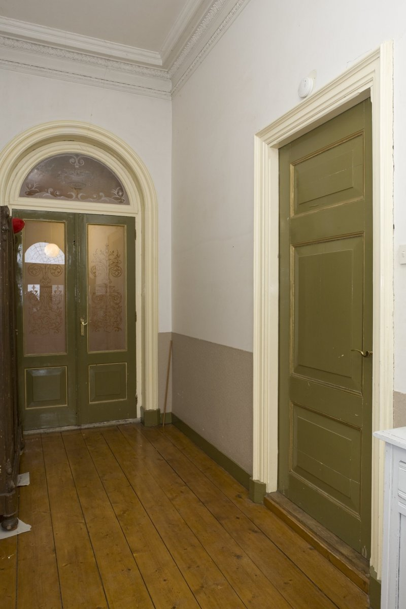 ... glas in de gang van het voorhuis met rechts deur naar woonkamer