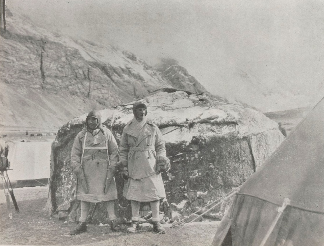 File L. Audouin-Dubreuil et G.-M. Haardt devant une yourte pendant l ... 6950f76bf3e