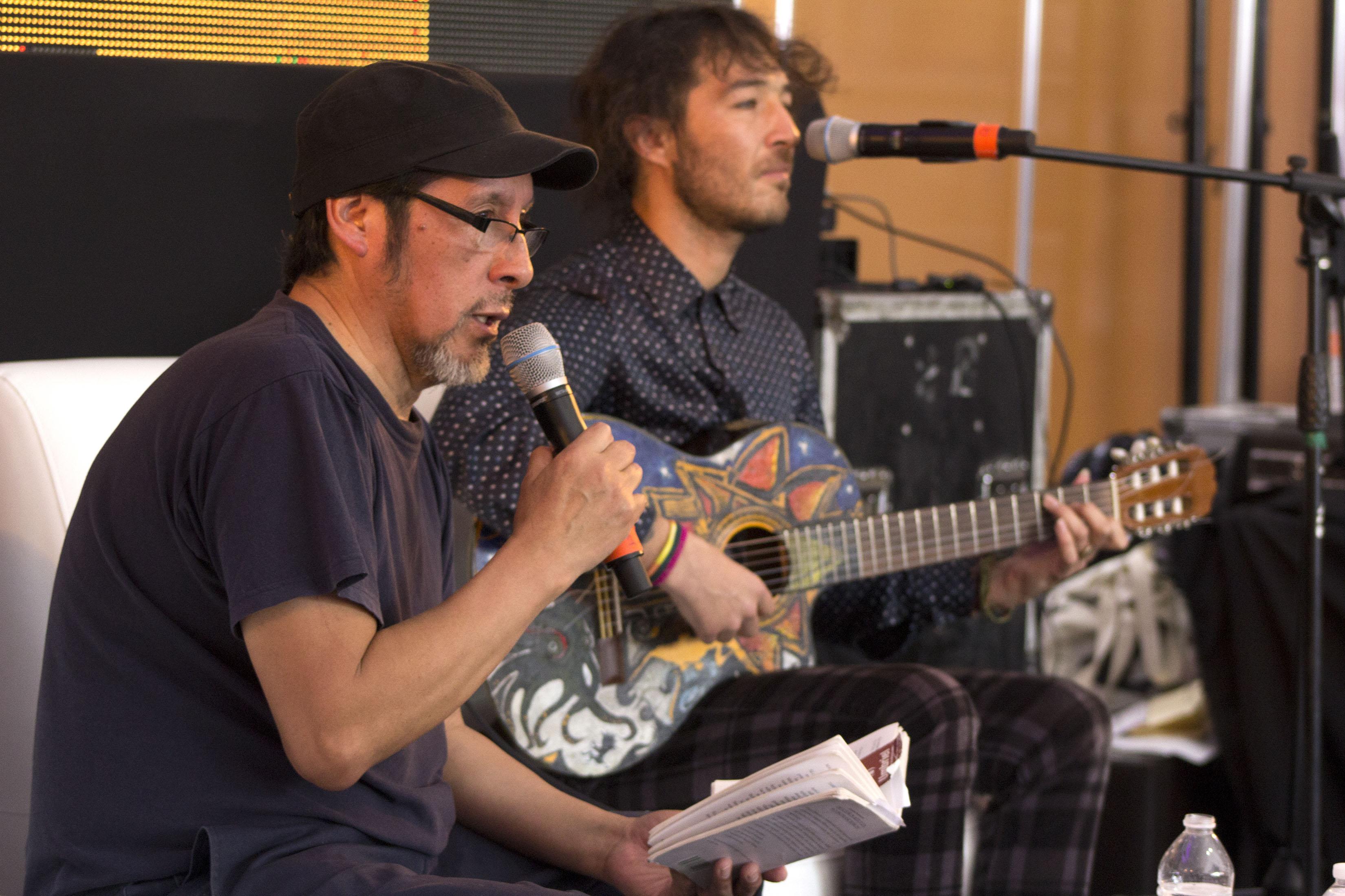 Elicura Chihuailaf y el cantante Chinoy
