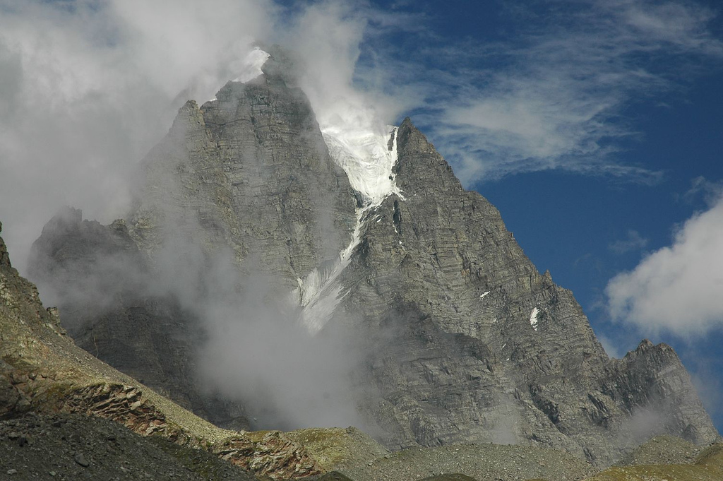 http://upload.wikimedia.org/wikipedia/commons/d/dd/Manimahesh_kailash.jpg