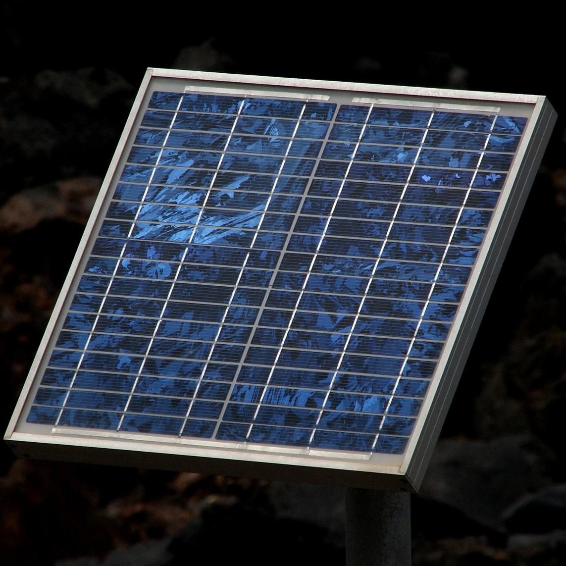 On peut voir les morceaux de silicium du panneau solaire polycrystallin