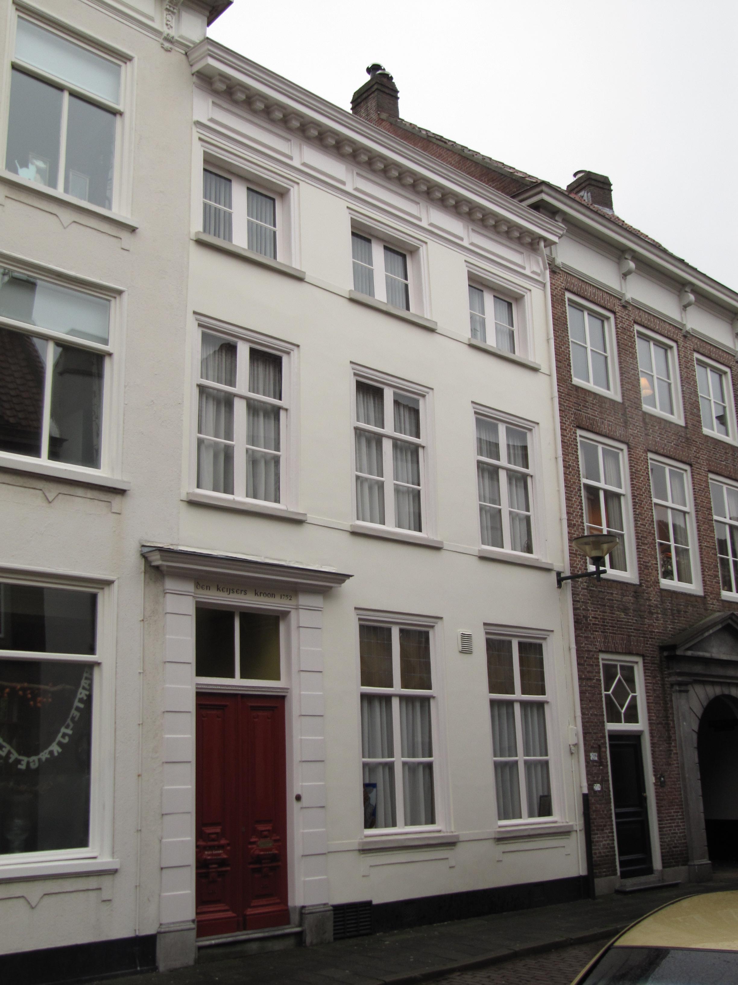 Huis met gepleisterde empire gevel kroonlijst op klossen ingang met geblokte pilasters in - Huis ingang ...