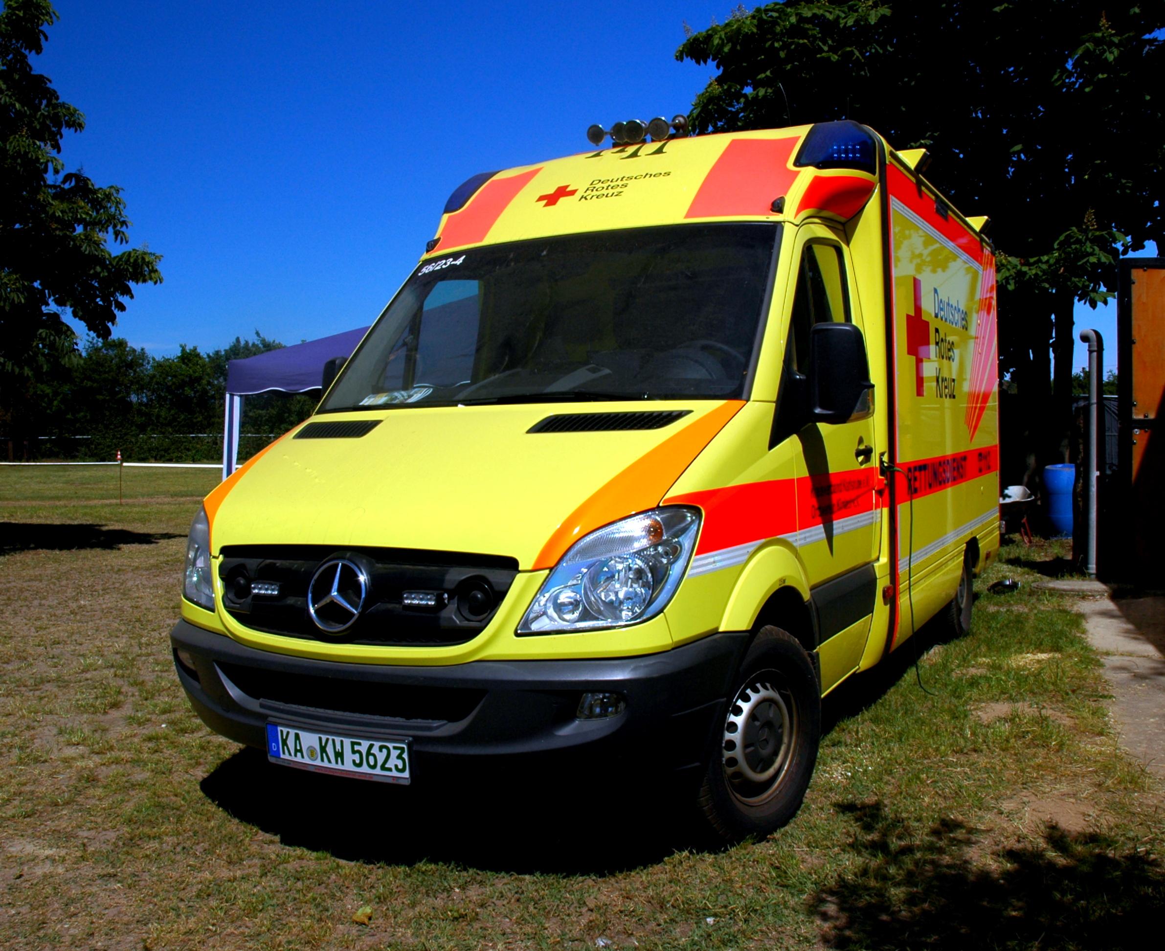 File:Reilingen - Ambulanz - Deutsche Rotes Kreuz - Mercedes