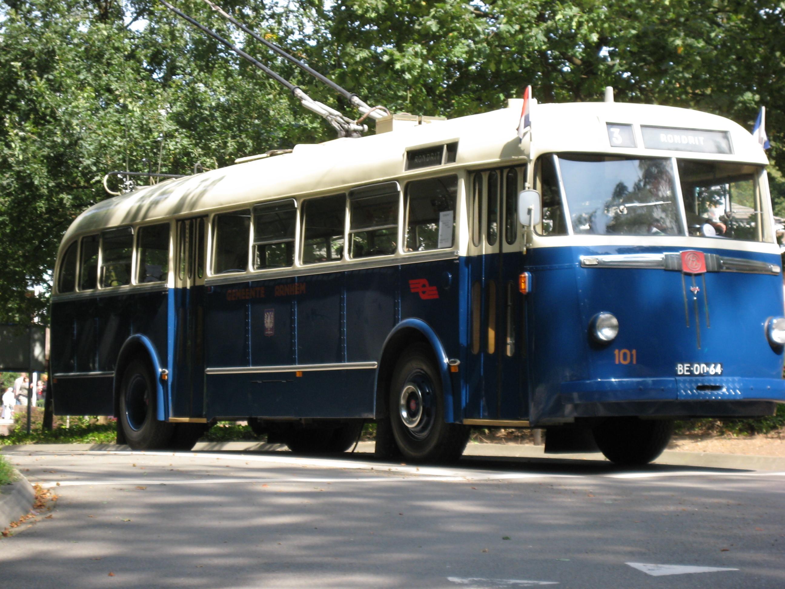 upload.wikimedia.org/wikipedia/commons/d/dd/Trolleybus.JPG