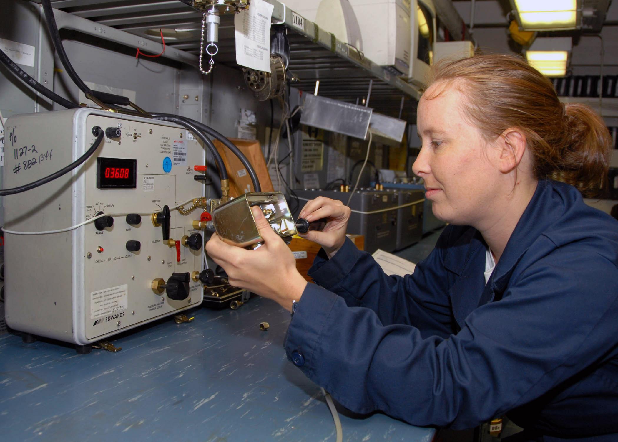 File:US Navy 070807-N-9898L-015 Aviation Electronics Technician ...