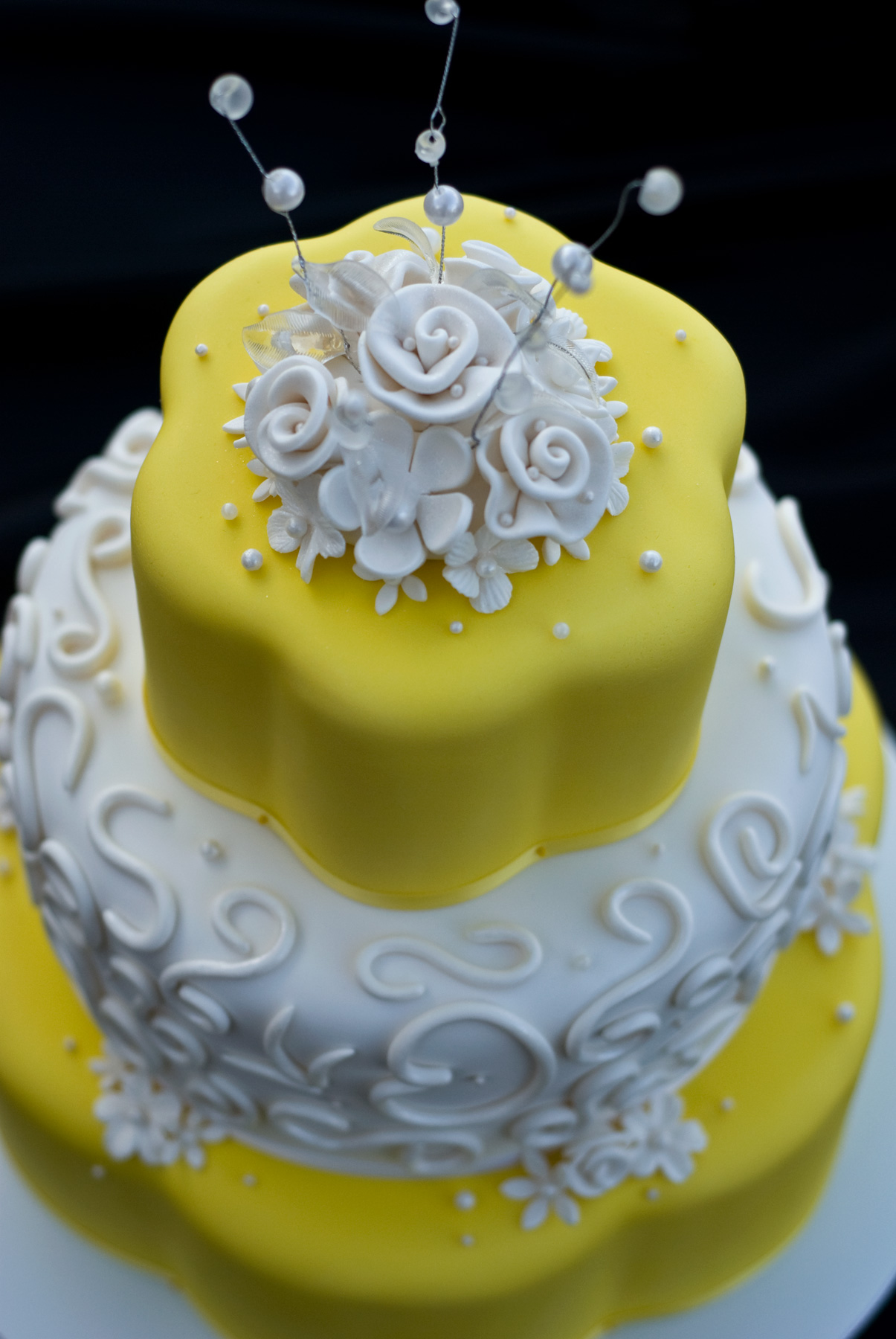 File:Wedding Cake - Yellow with White Roses.jpg - Wikimedia Commons