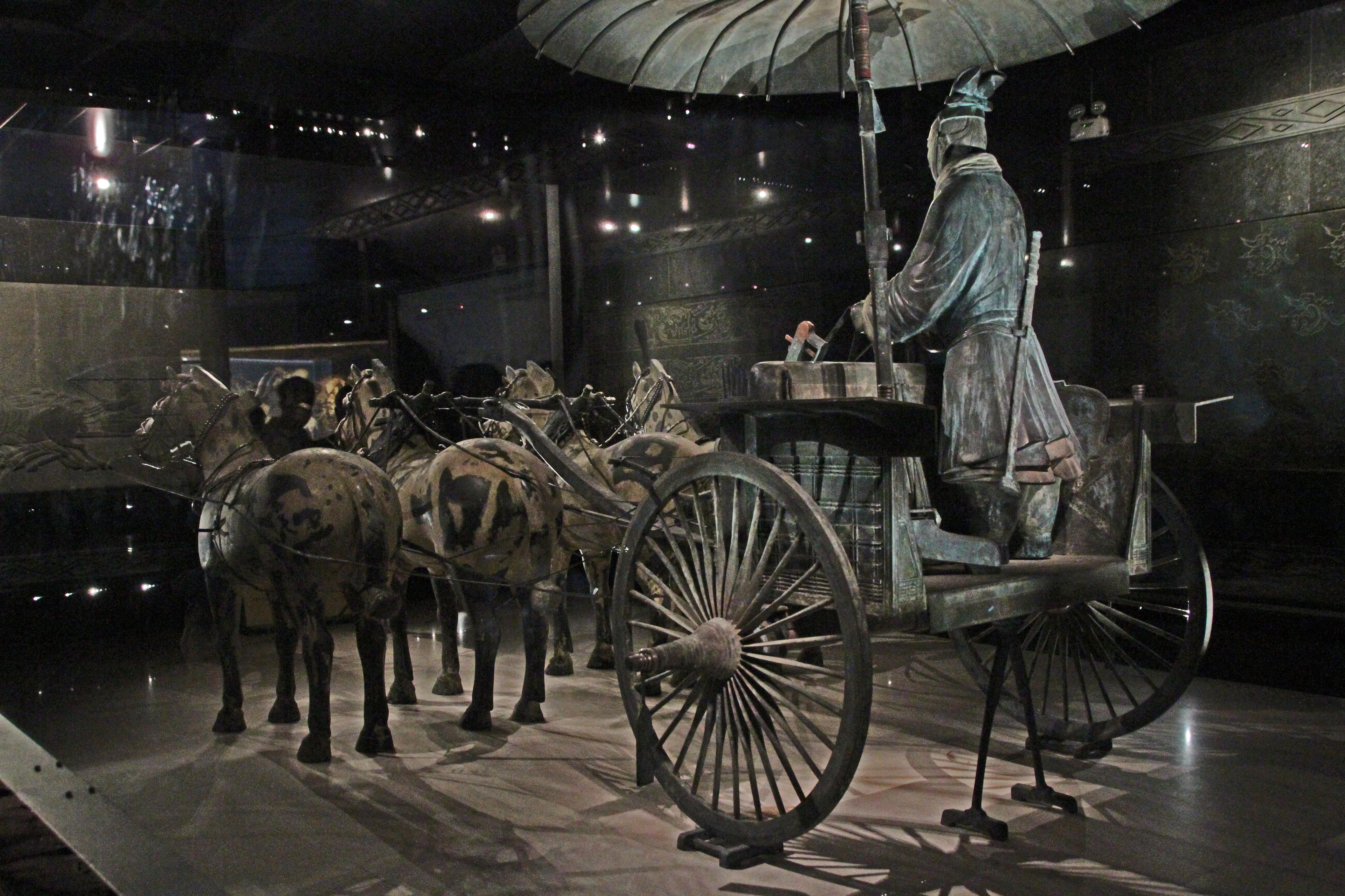 https://upload.wikimedia.org/wikipedia/commons/d/dd/Xian-Terrakotta-Armee-Streitwagen-16-2012-gje.jpg