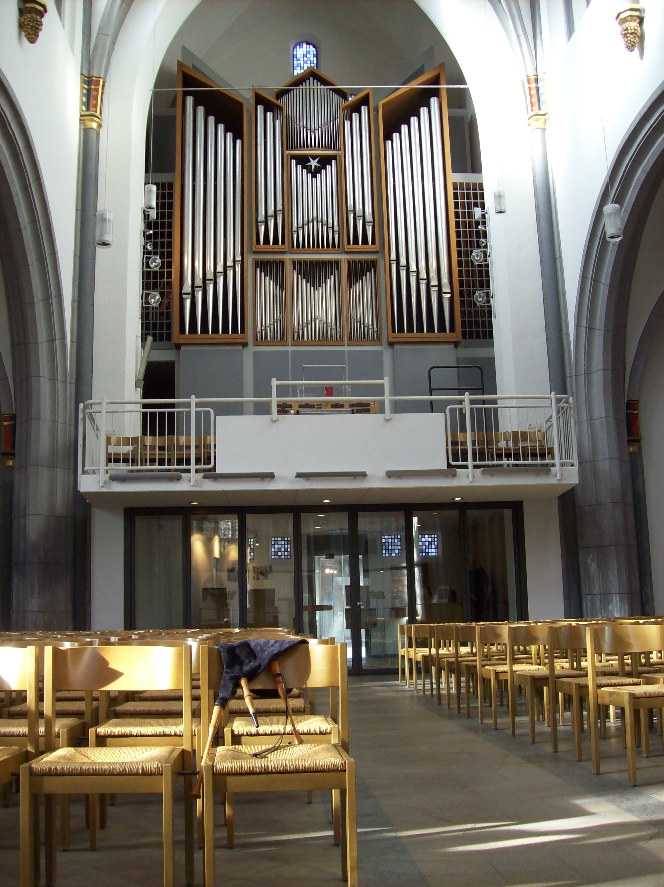 https://upload.wikimedia.org/wikipedia/commons/d/de/Antonorgel.JPG
