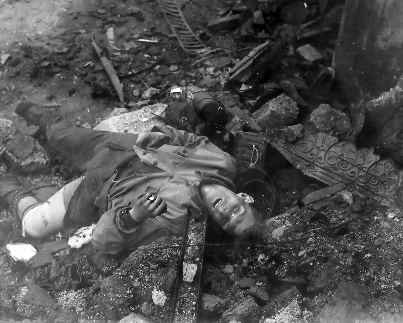 http://upload.wikimedia.org/wikipedia/commons/d/de/April-1945fatality.jpg